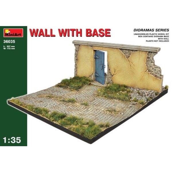Beschädigte europäische Wand mit Tür in auf einer Diorama-Basis