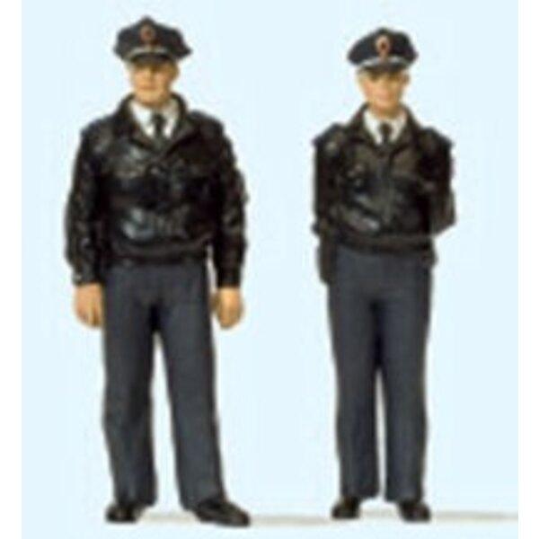 2 Polizisten stehend blaue Uniform