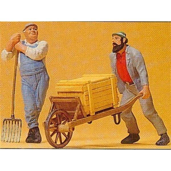 Arbeiter mit Schubkarre und zieht