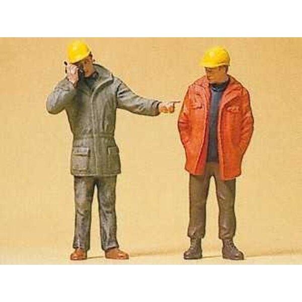 Stehend von Fabrikarbeitern