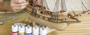 Holz-Modellschiffe